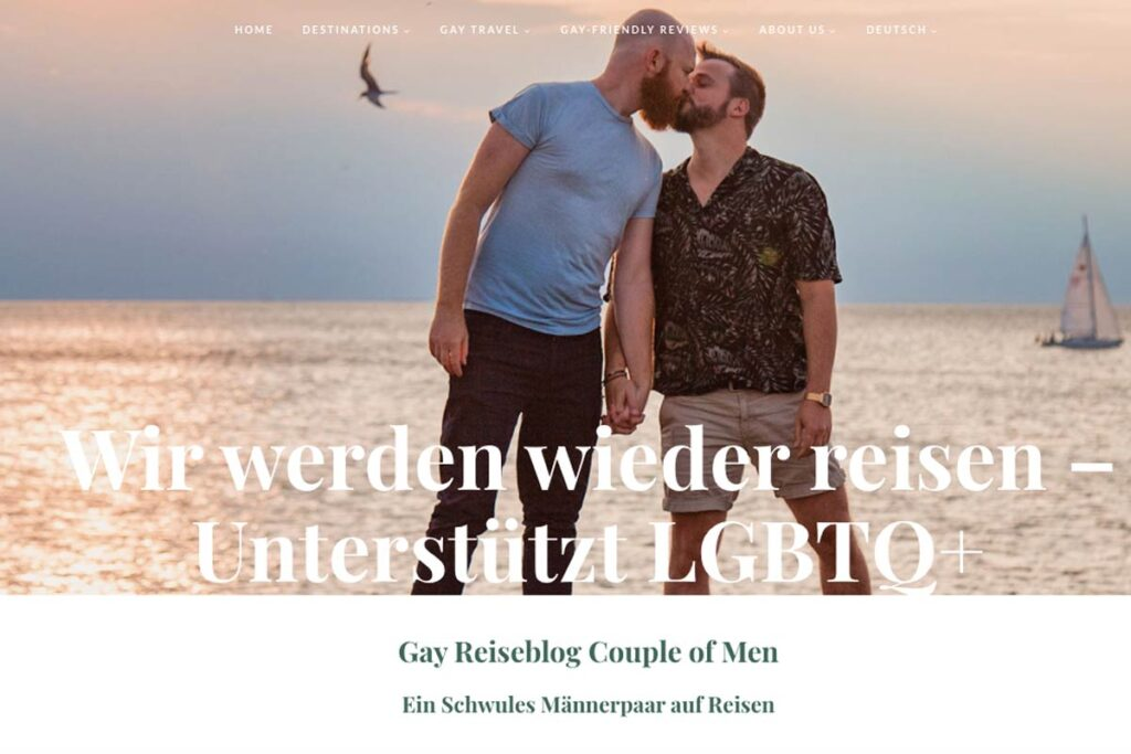 Die Gay Travel Blogger aus A Couple of Men küssen sich