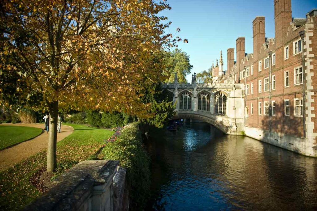 Spend your weekend away from London by this bridge over blue waters in Cambridge