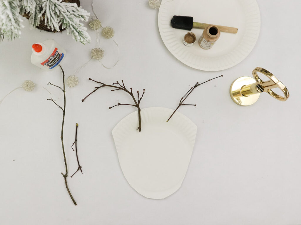 Glue the sticks as antlers to the white plate for step 5