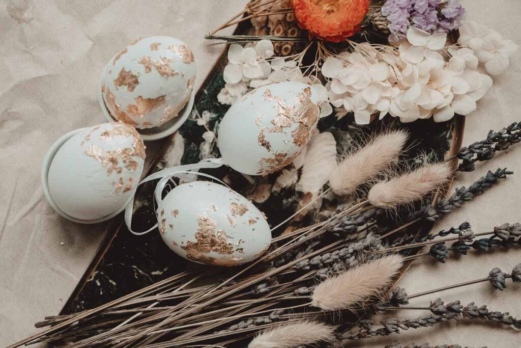 4 DIY Easter eggs decorated with speckled gold leaf designs