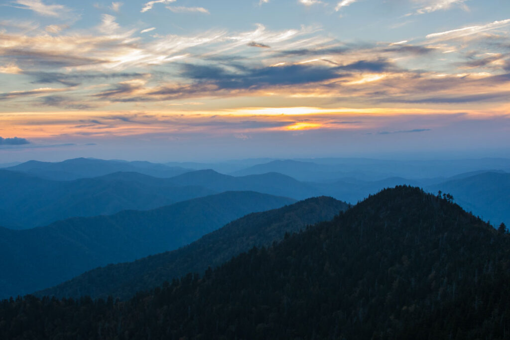 One of the best hiking trails in the USA ist the Great Smoky Mountains, pictured at sun set